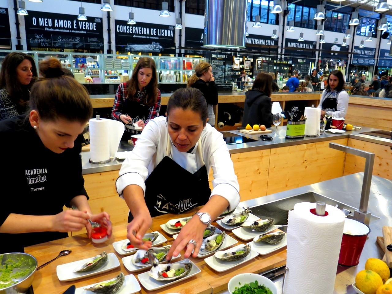 Teresa Cameira ajudando Noélia a finalizar as ostras