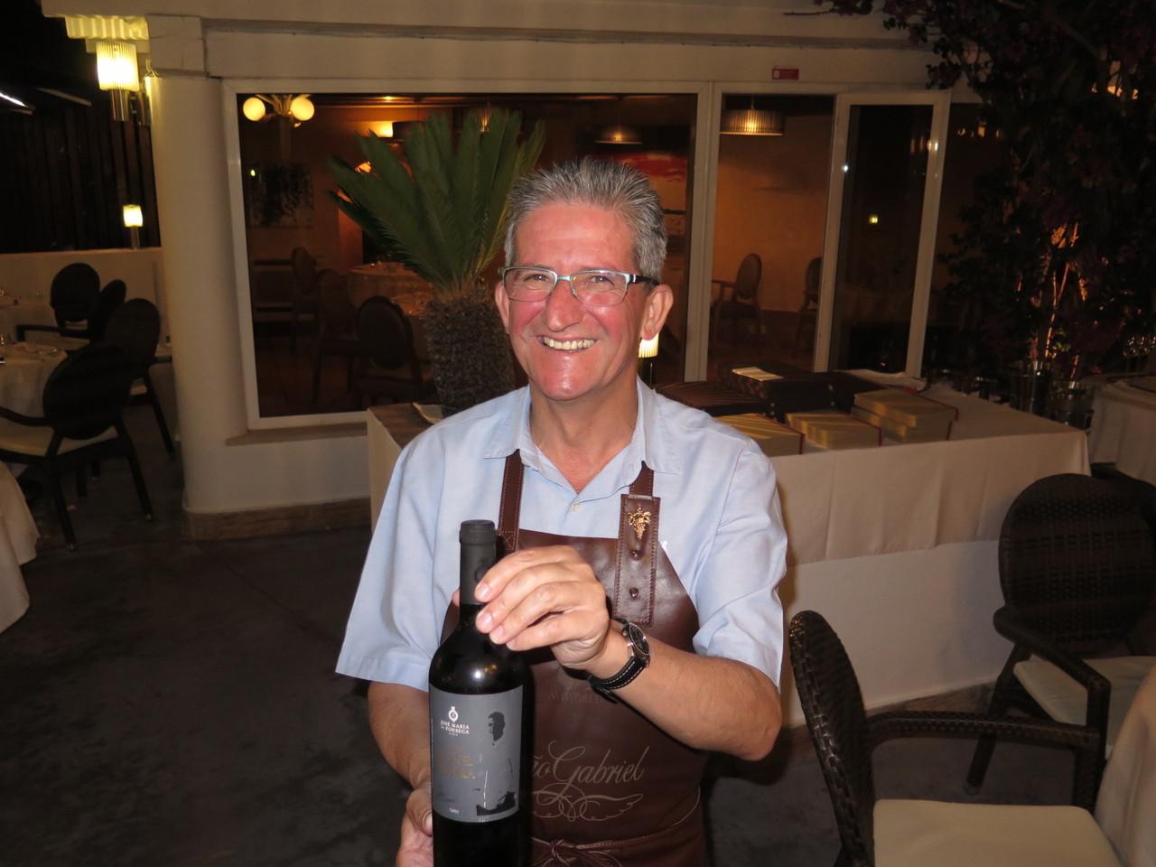 Escanção Victor d'Avó tem literalmente nas mãos o 'Chef Leonel Pereira'
