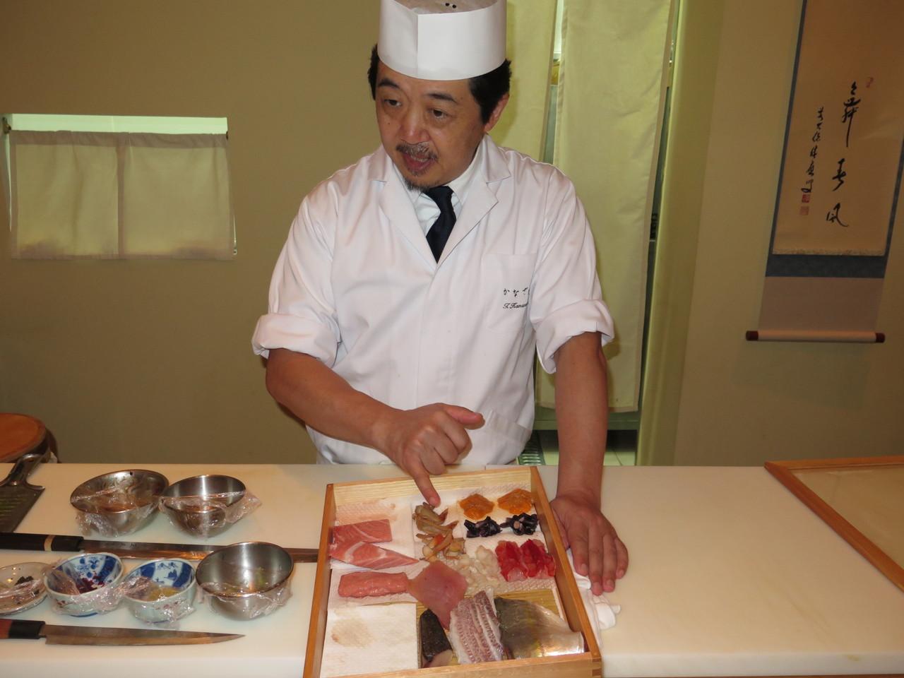 Tomoaki Kanazawa apresentando o peixe e marisco do dia