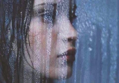 sozinha à chuva.jpg