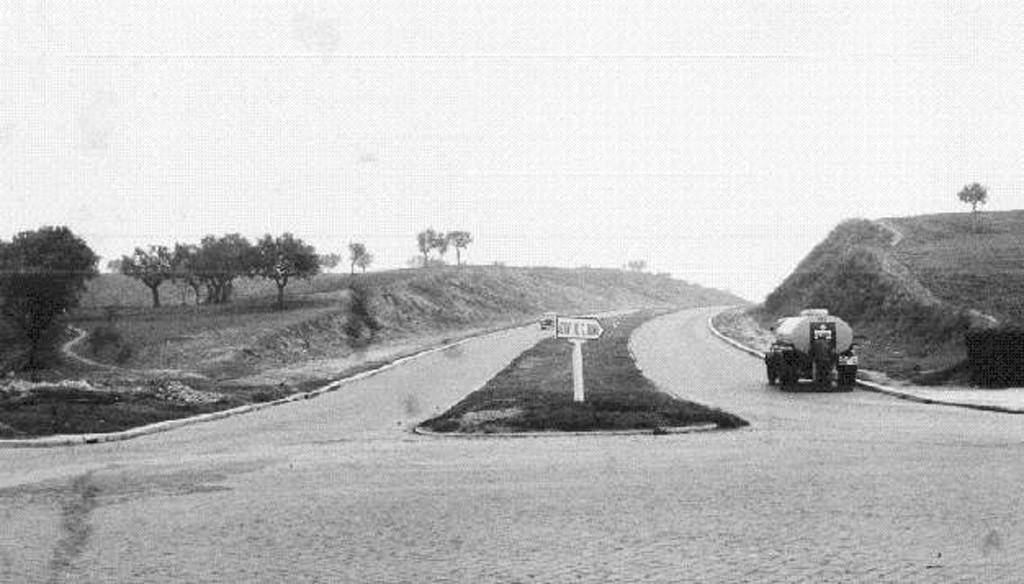 Começo da estrada que liga a rotunda do aeroporto a Cabo Ruivo, Lisboa (A.J. Goulart, 1960)
