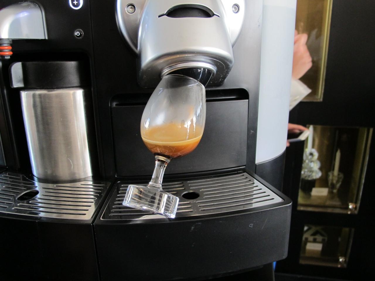 Se bebemos vinho em copos, por que é que bebemos café em chávenas?