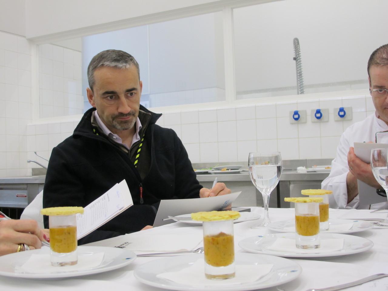 Os membros do júri avaliando os pratos