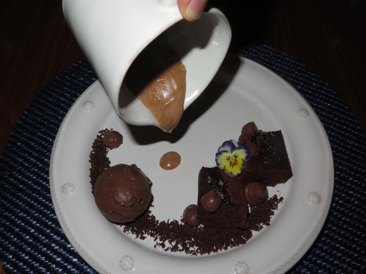 Bolo de chocolate, cacau e molho quente de avelãs