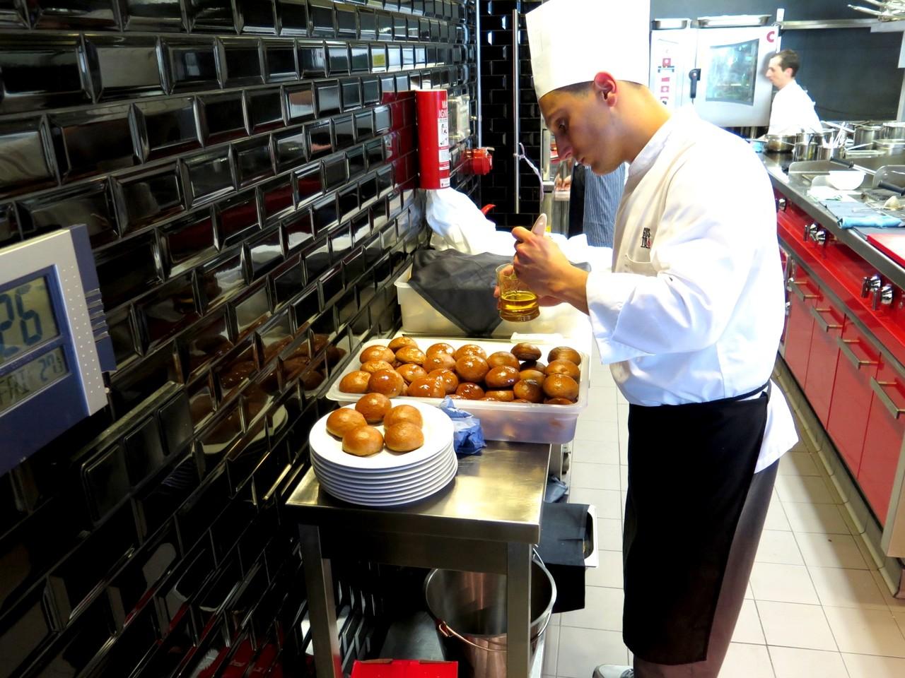 Giacomo Troisi pincelando o Pão de Café com óleo de avelã