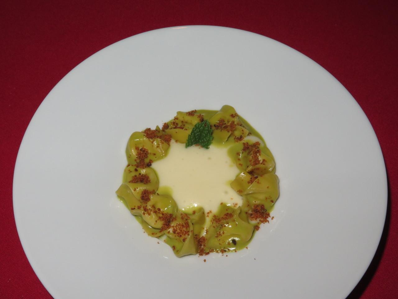 Burrata tortellini com pesto de pistácio sobre espuma de batata fumada e fragmentos mediterrânicos