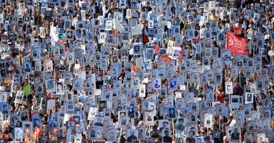 9mai2015---multidao-carrega-fotos-de-soldados-que-