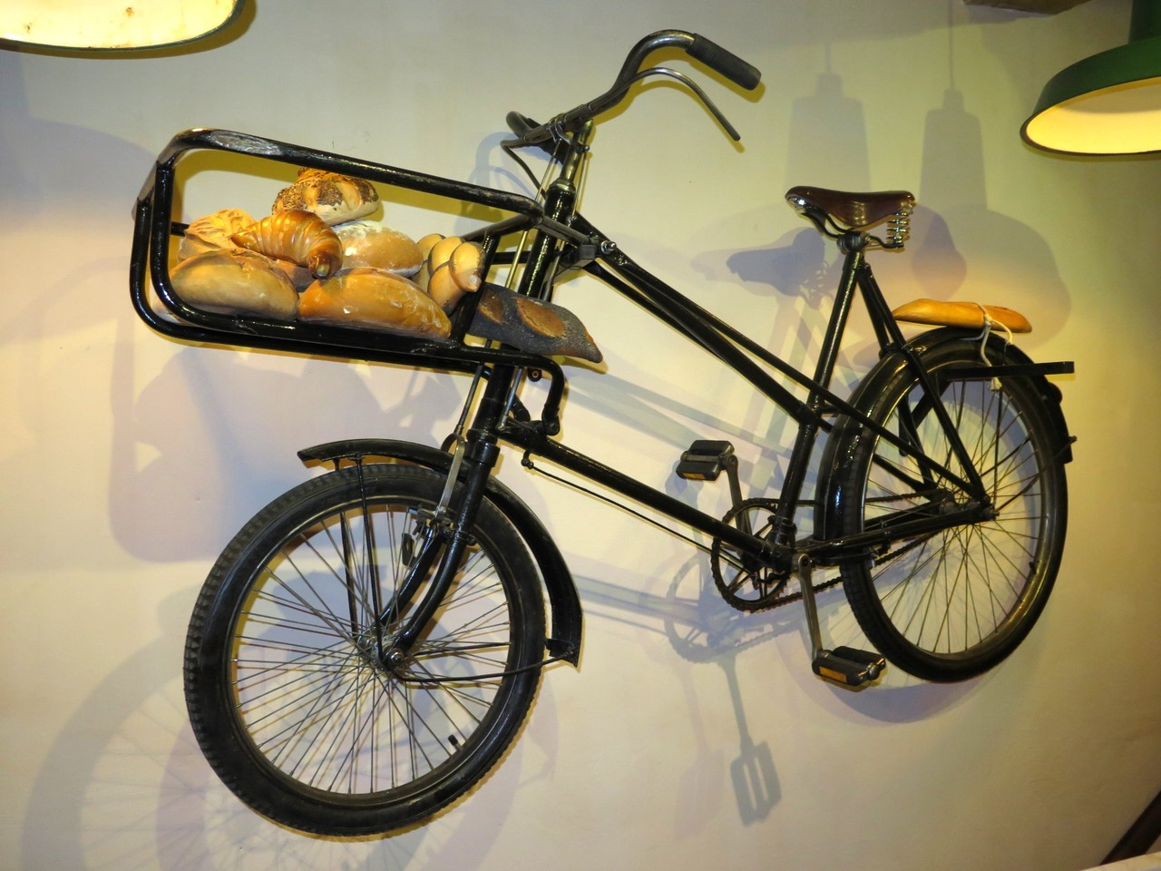 A bicicleta d'A PADARIA PORTUGUESA… pendurada na parede