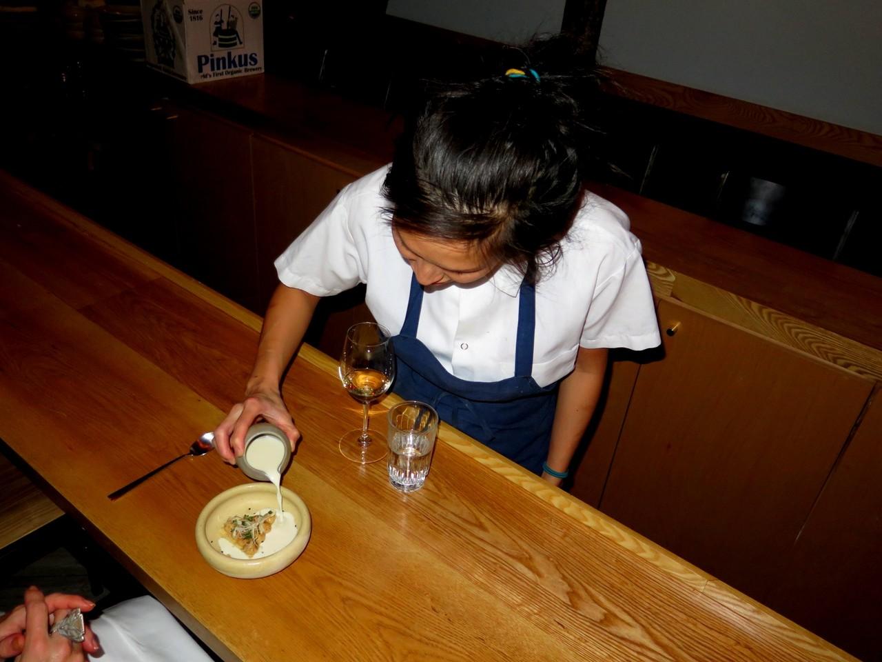 Pamela Yung servindo o leite de sésamo