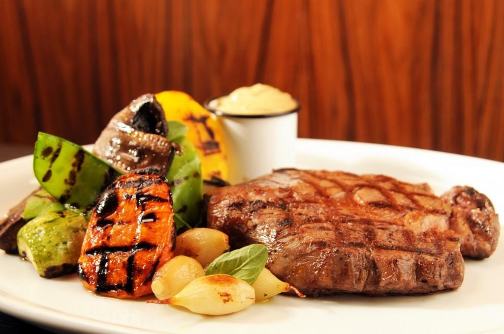 Bife-ancho-grelhado-com-alho-e-legumes-chamuscados