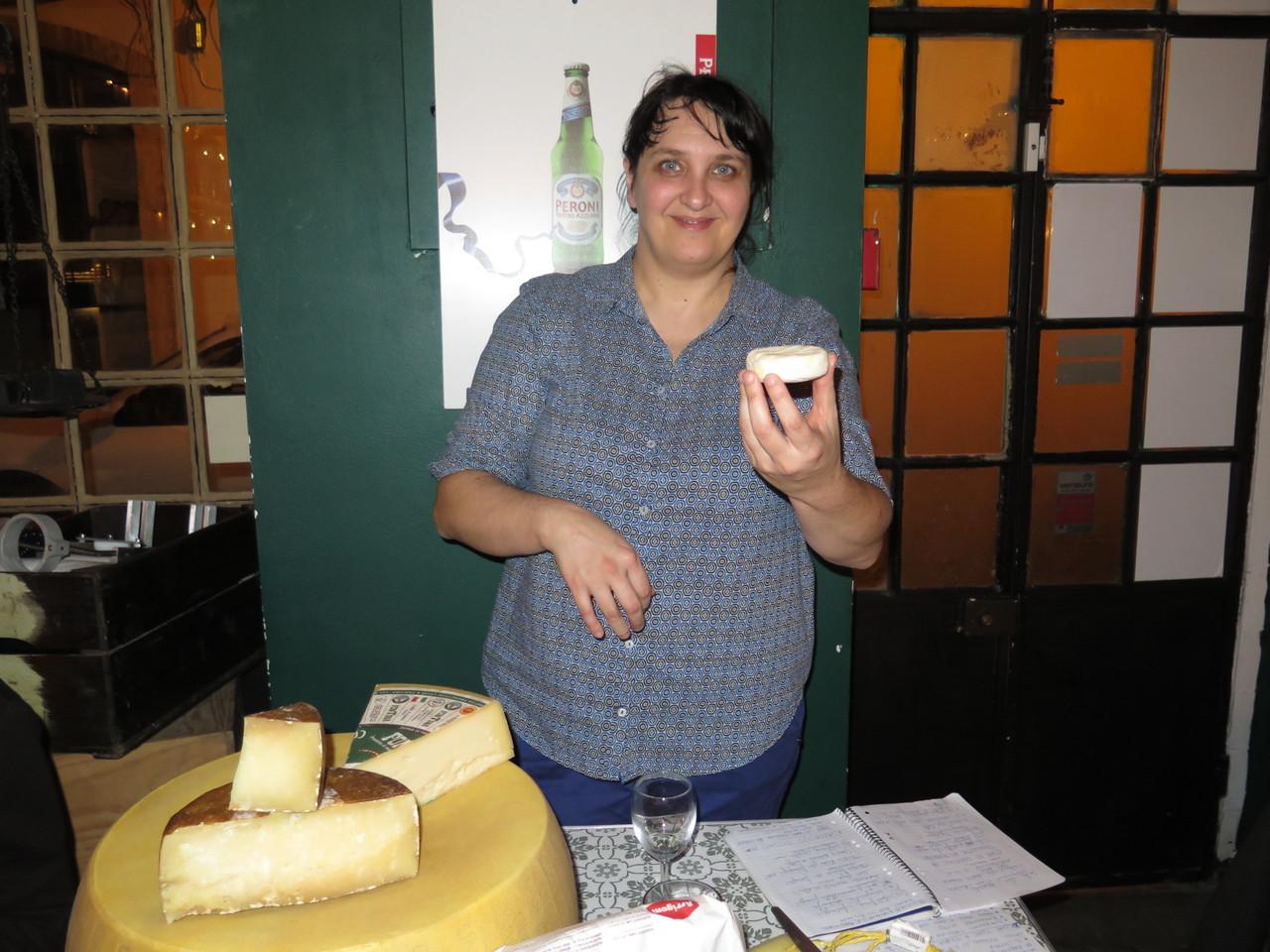 Chiara Ferro e o queijo Tomino