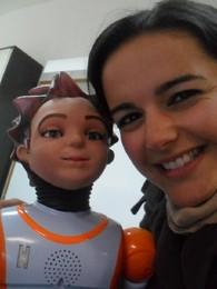 O robô Zeca com a investigadora Sandra Costa.jpg