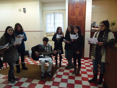 As raparigas a cantar no ensaio