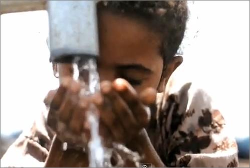 sede, criança a beber água