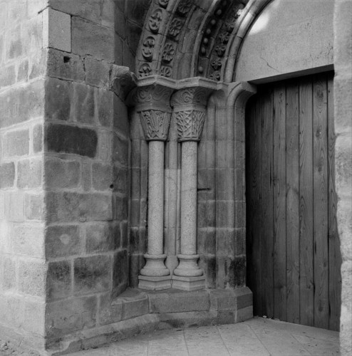 Pormenor dos arcos romanos na Igreja Matriz, Chaves