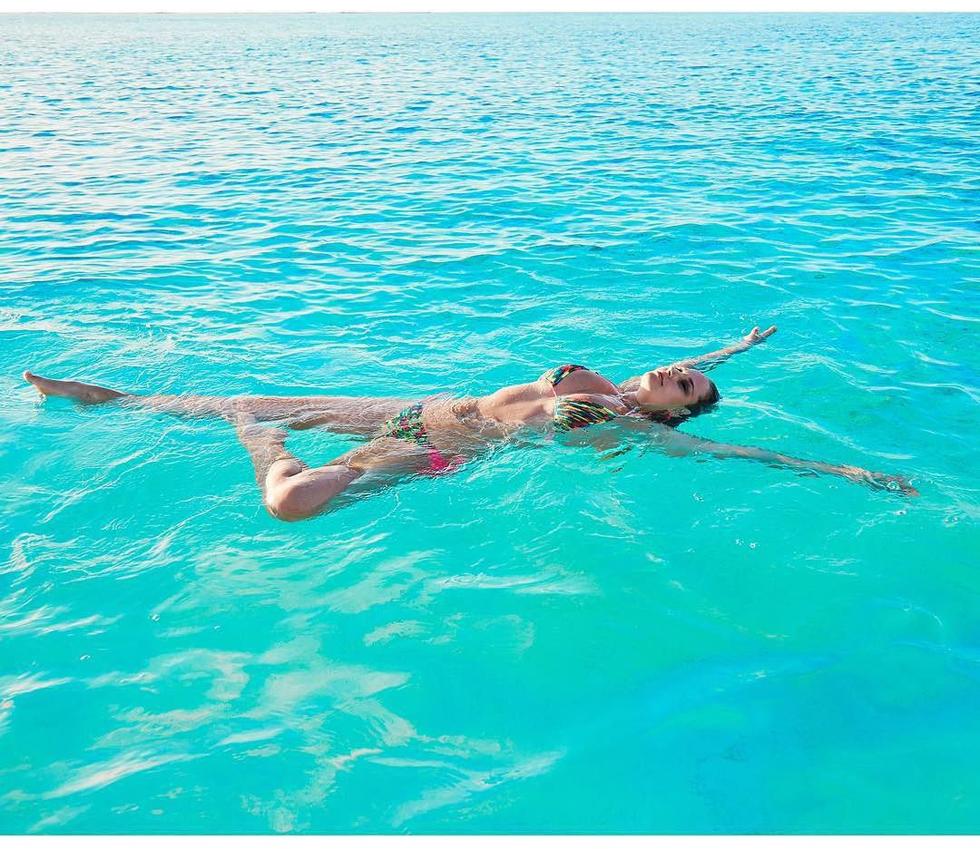Genevieve-Morton-in-Paradise-with-Gen-Photoshoot-b