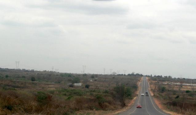A saída de Luanda faz-se pela estrada do Camama. Luanda. Foto: Mayra Fernandes