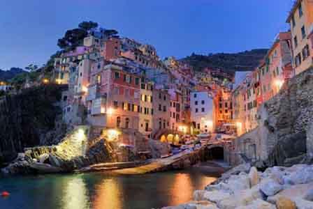 Em Riomaggiore, Itália, são as cores vibrantes q