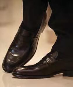 Sapatos pretos de couro são indispensáveis em qualquer guarda-roupa, seja ele masculino ou feminino.Preços sob consulta