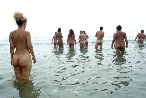 Lindas Orientais na Praia de Nudismo Vai Novinha