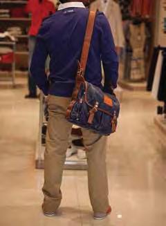 Calças caqui estão sempre in! Combine-as com uma camisola azul e uns ténis vermelhos para conseguir um visual casual sem perder a classe Camisa: 19 600 kz Calça: 15 289 kz Ténis: 15 290 kz Bolsa: sob consulta