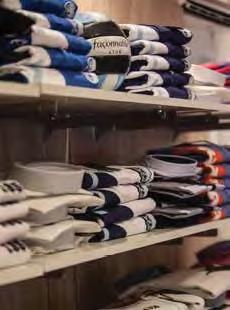 Quando quiser um visual casual sem perder o glamour, opte por camisas estilo pólo. Elas são ligeiramente formais, mas dão um ar bastante descontraído. Preços sob consulta