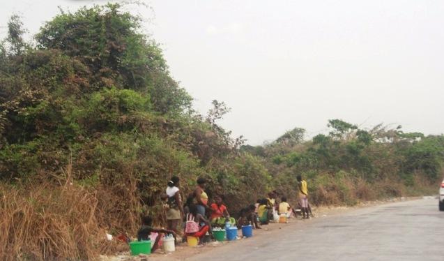 Kitandeiras à beira da estrada a caminho para o Dondo. Foto: Mayra Fernandes