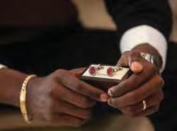 Se o momento tem um tom mais sério, nada como botões de punho que se destaquem sem ofuscar. Ouro sobre azul, literalmente. Preço: 28 165 Kz