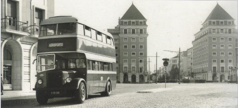 Autocarro nº 201, o primeiro de dois pisos a integrar a frota da Carris, Praça do Areeiro, post 1947. António Ventura, História da C.C.F.L. (1946-2006), v. 3, Carris e A.P.H., Lisboa, [2008], p. 115.