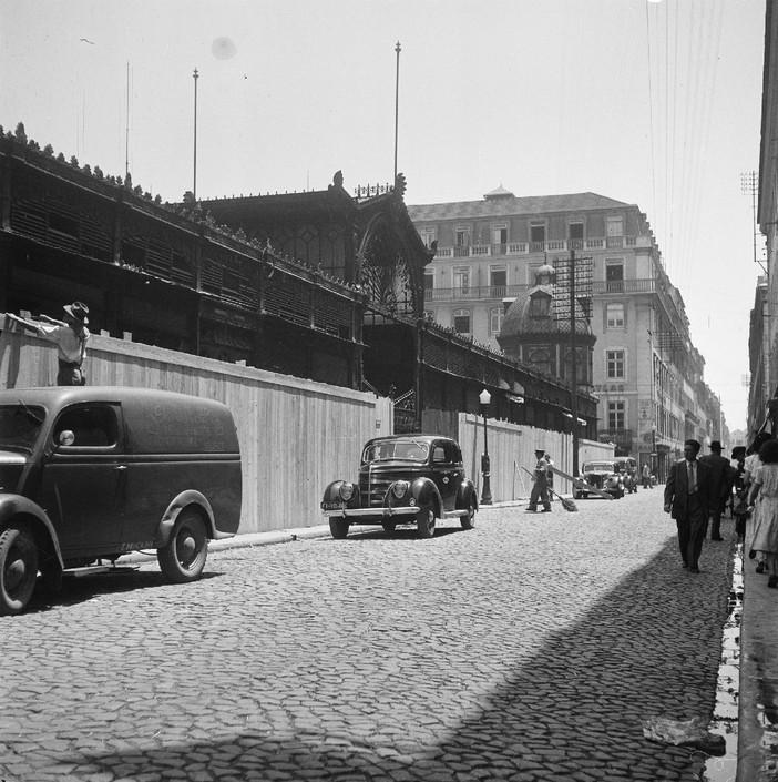 Colocação de tapumes na praça da Figueira, Lisboa (J. C. Alvarez, 1949)
